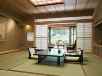 【庭園・露天風呂付和室 本間10畳】1~2人でのプライベートな時間を過ごすのに最適。50平米のお部屋