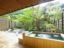 【本間15畳+次の間】縁側には日本庭園を独占できる専用の露天風呂付