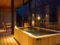 夕暮れ時、ジャパニーズスイートの半露天風呂。白銀の湯を湛える贅沢で静かなひと時を。