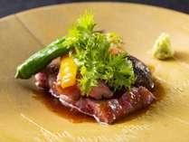 厳選した地産黒毛和牛のA5ランクを使用、素材の味を活かしたステーキは至福の一品。