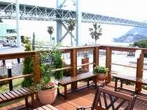 関門橋の脇、デッキからは関門海峡が望めます