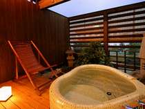露天付き客室の露天風呂一例。優しい天然温泉です