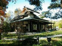 無藝荘 、小津安二郎が昭和30年頃から蓼科の別荘として利用していたかや葺き屋根の建物です。