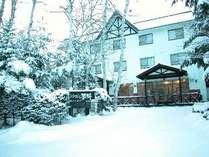 冬、雪が降り積もったロータリー入り口より全景