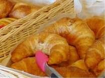 焼きたてクロワッサン他お好きなパンをお好きだだけコーヒーも有る朝食です