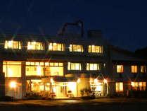 夕景に映える「ホテルサニーバレー」の外観です