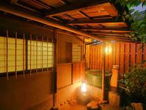 <客室露天風呂>ふたりにちょうどいいサイズの陶器の露天風呂。一晩中、温泉を何度でも楽しんで。