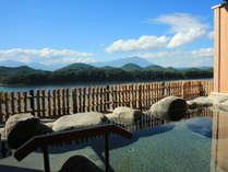【露天岩風呂】湯を楽しみながら自然を感じられる広々とした露天風呂。岩手山へ連なる山々が一望できます。
