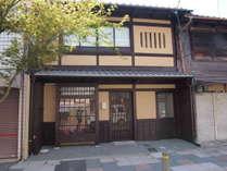 京町家の趣のある風情ある佇まいの外観。向かって右側が専用入口となります。