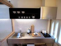 モダンなキッチン。充実の調理器具や食器類を完備。お料理をお楽しみください。