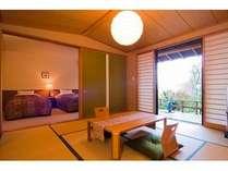 本館1F和洋特別室(2~4名様)。8畳の和室とベッドルーム、専用露天風呂付きのゆったりとした空間。