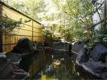【うたかたの湯】中浴場を併設した露天風呂です。名湯百選の湯となる天然温泉の掛流しです。