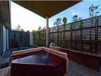 【露天風呂付標準客室】テラス型の露天風呂の一例です。天然温泉が掛け流しとなります。
