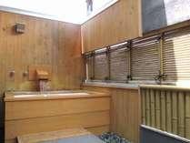 露天風呂付標準客室・バルコニー型露天風呂の一例 名湯百選となる天然温泉が掛流しとなります。