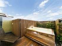 【貸切専用露天風呂◆天空の湯】6名様対応となる屋上設置型の露天風呂で天然温泉が掛け流しとなります。