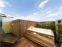 【貸切露天風呂 檜の湯】4名様対応となる屋上設置型の露天風呂です。