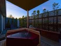 ■【露天風呂付和室】テラス型の露天風呂の一例です。天然温泉が掛け流しとなります。