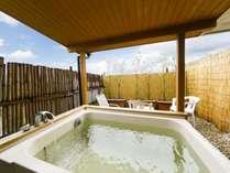 【本館 露天風呂付和室】 テラス型の露天風呂の一例です。天然温泉が掛け流しとなります。
