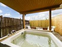 誰に気兼ねすることなく天然温泉が楽しめる人気の露天風呂付客室。
