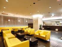 3階ロビー 明るいスマイルカラー 1階にはコンビニ、B1階・2階には飲食店・美容室あり
