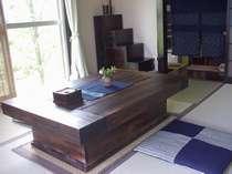 囲炉裏風座卓のある和室