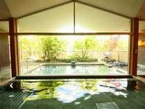 内湯と露天風呂。露天風呂では夜空を見上げながらご利用いただけます。軽井沢での広い露天風呂は最高です。