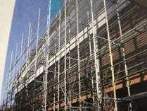 期間中はホテル内の中庭と全てのレストランが外壁工事のため足場を組んでおります。