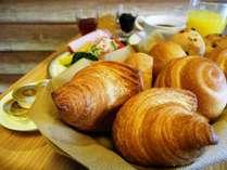 好評の焼き立てのパンをお部屋までお運びいたします
