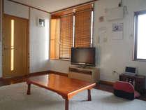 ・リビング 大型のテレビや共用パソコンもあります(無線LAN無料)大きな冷蔵庫、電子レンジ、も設置