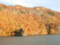 十和田湖からの紅葉風景。例年紅葉の見ごろは10/10頃からとなっておりますが今年はどうなる!?