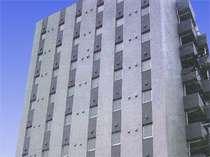 大通りに面し、周りに高層建物が少ないため、分かりやすい立地です。