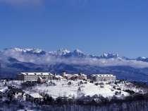 雪を抱いた八ヶ岳をバックに佇む【天空の楽園】車山高原スカイパークホテル
