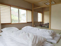 【和室の一例】お部屋によってはすぐそばを流れる「千歳川」をご覧いただけます。