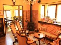 アンティーク家具で飾られたラウンジ