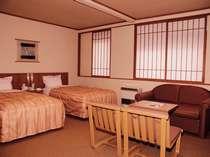 洋室ツイン。ハウザーベッドを使用して3名で宿泊することも出来る。