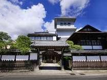 ■松柏館外観/街中にありながら閑静なる日本庭園を有する純和風旅館です。