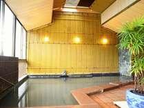 ■純和風展望風呂(女湯)/圧倒的な静けさのなか、源泉掛け流しの湯を情趣豊かにお楽しみください。