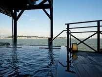 男性露天風呂(朝陽、夕陽に水面の彩る湖畔の風情は魅力たっぷり♪時を忘れ、のんびり。奥が立ち湯です)