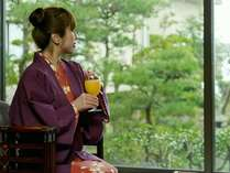 ロビー喫茶は中庭を見ながら寛ぎスペース、女将選局のJazzが心地良~い