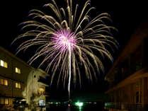 8月は毎日花火が上がります。花火に一番近い宿♪ロビー・大浴場・中庭と目の前に上がります。