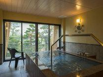 貸切の湯広々とした浴槽(通常:使用料60分3,300円)