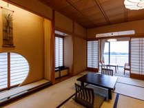 温泉岩風呂付客室(お部屋で温泉。湖畔側客室です。中庭タイプと湖側タイプがあり、ご指定はできません)