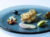 □別館/料理一例□シェフが得意とする料理のひとつ。パリッと香ばしく焼かれた鱗をふっくらな白身とともに