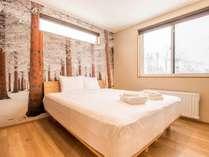 壁紙が異なるスタイリッシュな寝室(一例)