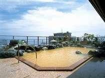 「12F露天風呂」遠くまで広がる津軽海峡を眺められます。天候や気温により湯色の変化ございます)