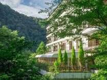 【外観】緑に囲まれた箱根湯本ホテル別館。