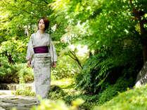 好きな浴衣を選んで、気の赴くままに庭園をぶらり。四季を彩る緑が、こころをなでるよう――。