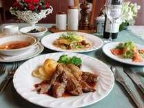 夕食は地元食材の手作り欧風料理です。味わい豊かなディナーをご堪能ください。(夏季)