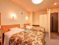*和洋室(客室一例)/和と洋、両方の良さを味わえるお部屋。ふかふかのベッドで安眠の夜をお過ごし下さい。