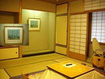 10畳間。床の間の季節毎に掛け替えた原田泰治さんの絵で季節をお楽しみ下さいませ